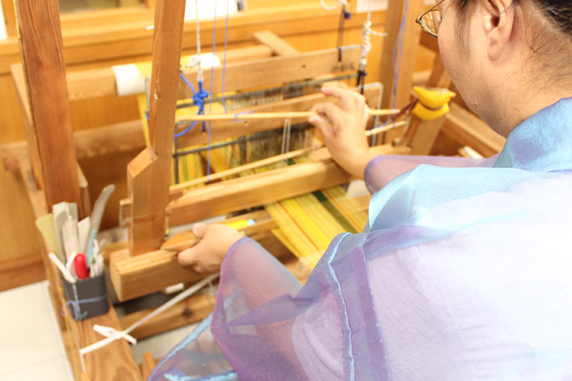 先人から受け継いだ「みんさー織り」を体験。